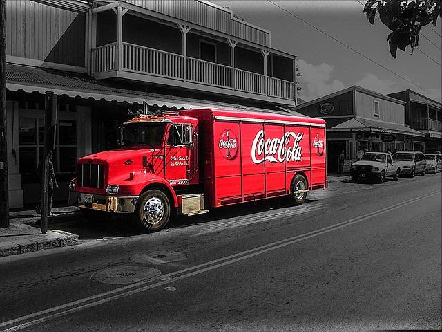Kreatywna reklama firmy Coca-Cola umieszczona na pojeździe ciężarowym